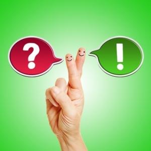 Zwei Sprechblasen an den Fingern einer Hand als Symbol für Kommunikation
